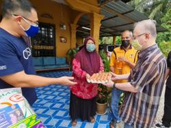 Dr Wee visits Parit Tengah Ayer Hitam polling district to provide aid to needy families