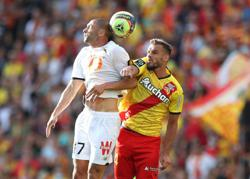 Soccer-Lens v Lille derby resumes after crowd trouble leads to suspension