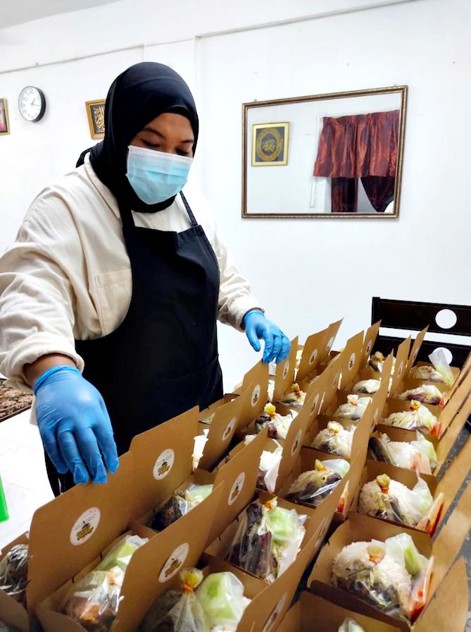 Nur Hidayah preparing packed lunch boxes for her customers. Photo: Nur Hidayah Jeffri