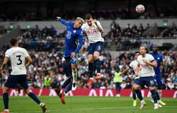Soccer-Classy Chelsea crush Tottenham to go joint top
