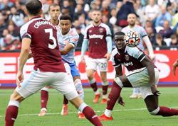 Soccer-Lingard, De Gea earn dramatic late win for Man United