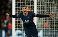 Soccer-Icardi strikes late to give PSG win over Lyon on Messi's home debut