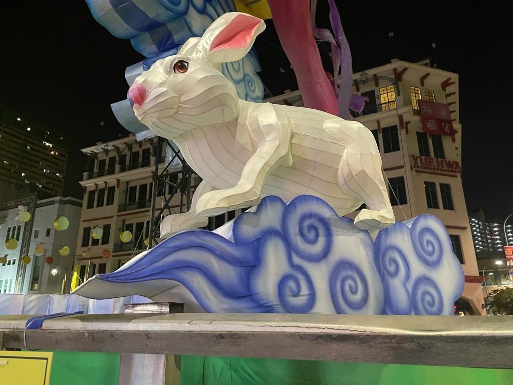 Busque linternas talladas en personajes sinónimos del Festival del Medio Otoño, como el conejo de jade, el pastel de luna, los pomelos y la luna llena.  - Comité Organizador del Festival del Medio Otoño de Chinatown 2021