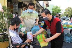 Mooncakes given out to 2,000 families in Tanjung Piai