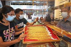 Gold shops enjoy brisk business as price dips