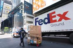 FedEx cuts earnings outlook