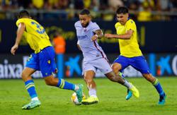 Soccer-Ten-man Barca held by Cadiz as De Jong and Koeman see red