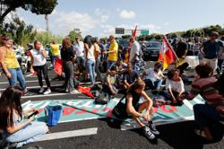 Hundreds of strikers block road to Rome airport, disrupt flights
