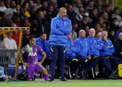 Soccer - Moura back for Tottenham ahead of north London derby