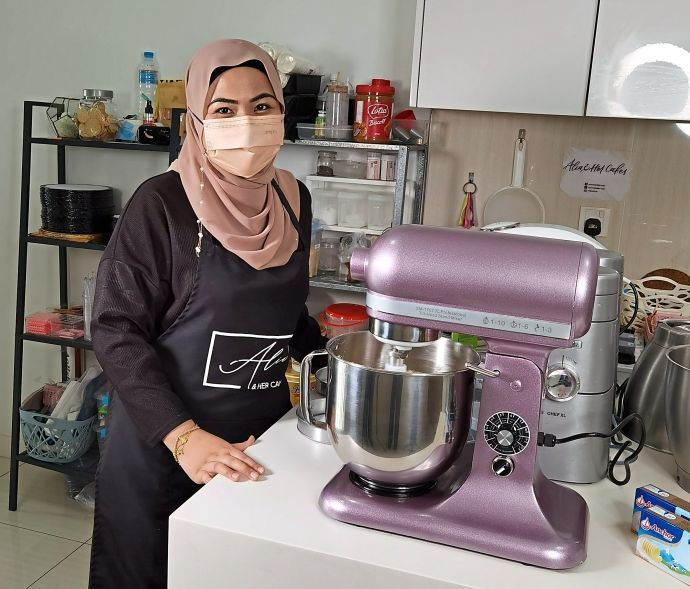 Puteri Nur Alia started by baking cupcakes for friends.
