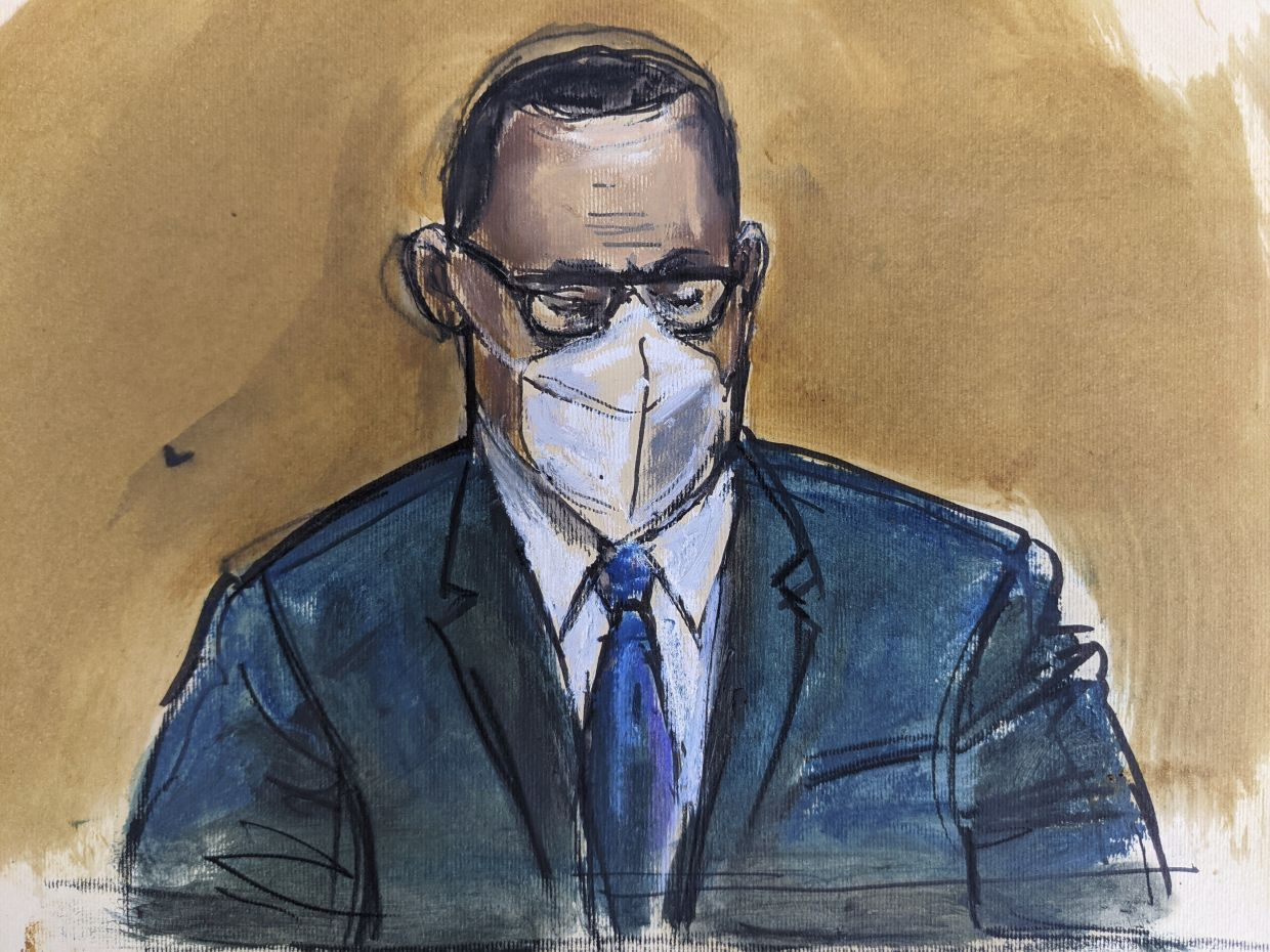 In this courtroom sketch, R. Kelly listens as the jury foreperson reads the verdict, Monday, Sept. 27, 2021, in New York. Photo: AP