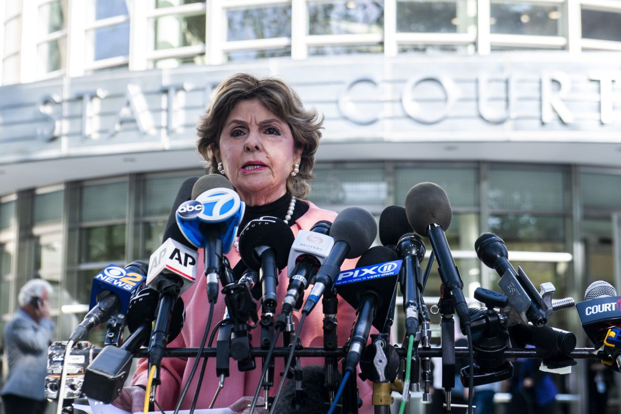 Attorney Gloria Allred, a lawyer for some of Kelly's accusers, speaks to press on the guilty verdict of R. Kelly at the Brooklyn Federal Court House on Monday, Sept. 27, 2021, in New York. Photo: AP