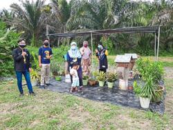 Pekan Nenas B40 families benefit from varsity's stingless bee project