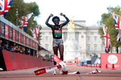 Athletics-Kenya's Jepkosgei upsets Kosgei to win London Marathon