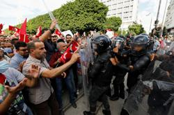 Thousands protest against Tunisia leader with government awaited