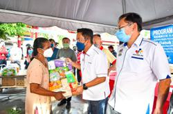 Elderly folk and single mothers receive food aid