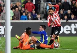 Soccer-Leaders Chelsea survive late siege to beat Brentford 1-0