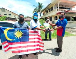 Youth trainer and supporters give food aid to 50 needy Ipoh residents