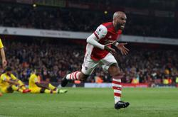 Soccer-Last-gasp Lacazette earns Arsenal draw with Palace
