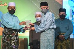 Ex-Jakim DG awarded for contributions to Muslim community