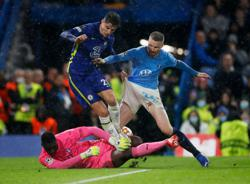 Soccer-Chelsea hammer Malmo 4-0 but lose strikers to injury
