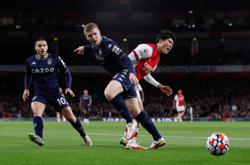 Soccer-Arsenal turn on the style to beat Villa 3-1