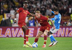 Soccer-Mourinho sent off as Roma ends Napoli's winning start to season