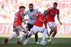 Soccer-Late goal saves point for Inter at home to Corinthians