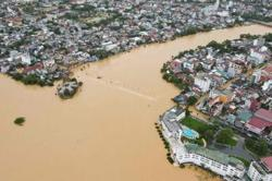 Thousands evacuated as floods hit central Vietnam